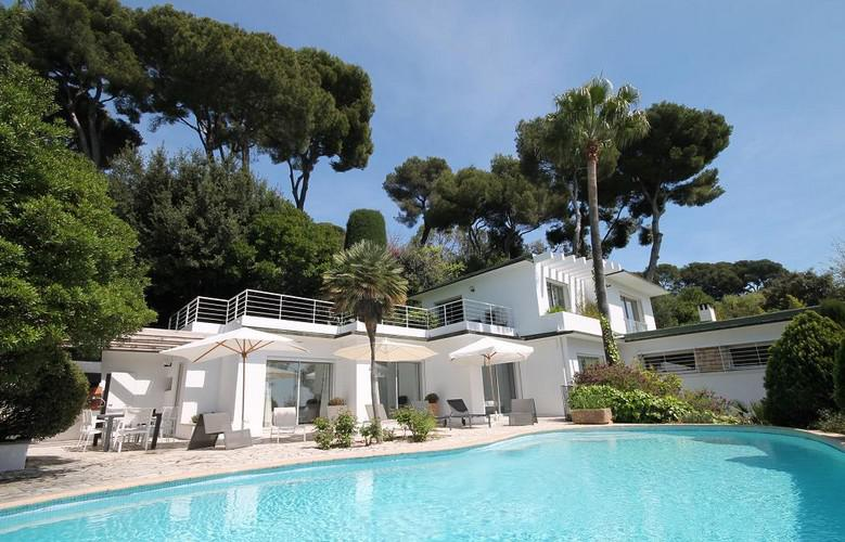outdoor view of a Cannes luxurious villa with a swimming pool for group events.