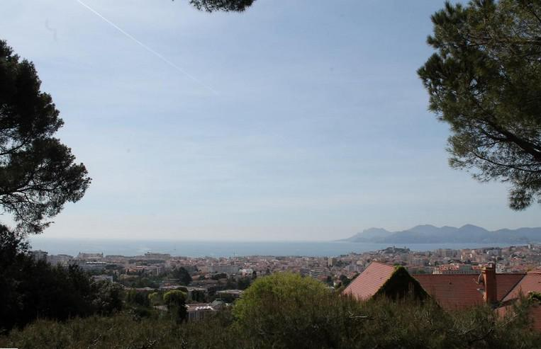 Views of the entire Cannes city, sea and mountains from a Cannes group villa for rent