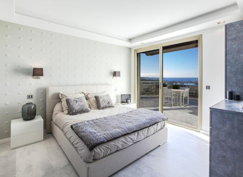Double bedroom with sea views and access to the terrace in a Cannes rental apartment