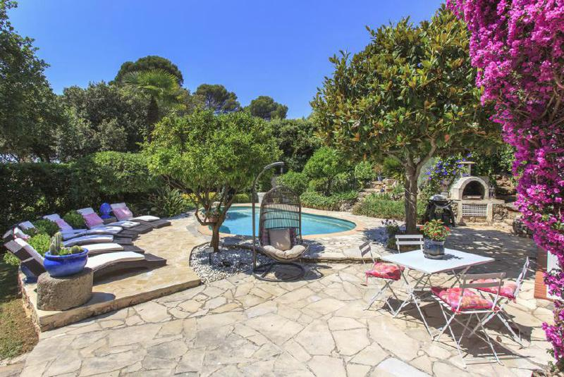 Backyard garden with swimming pool and sunbathing area in a Cannes hilltop event villa
