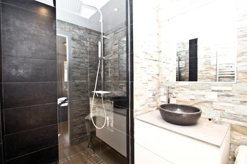 Black and white interior in a bathroom for Cannes group accommodation