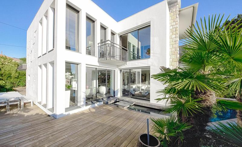 Outdoor deck for sunbathing in a white party villa in Cannes