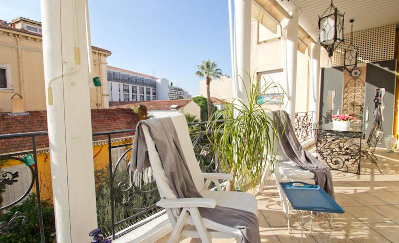 Plants and chairs laid down on a sunny terrace with the views of Cannes for group accommodation