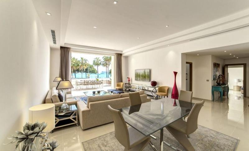 Cream interiors in the living room of a Cannes apartment by the sea with a terrace for meetings and hosting events