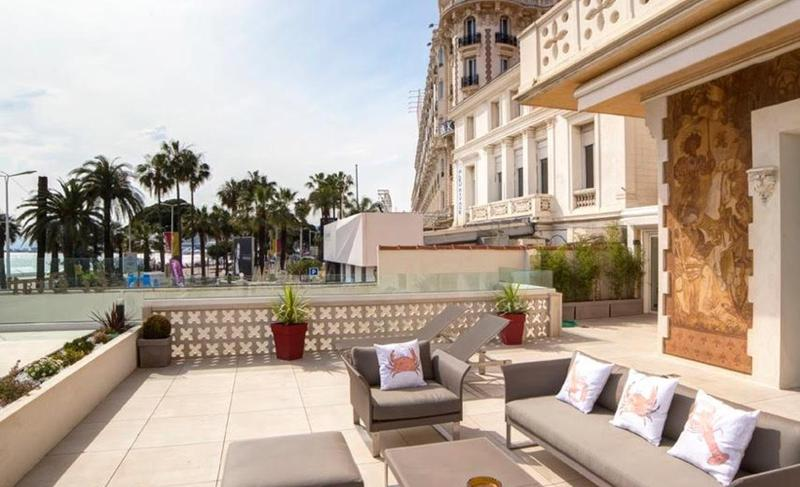Outdoor seating on the terrace of a Cannes group accommodation for events and meetings with sea views