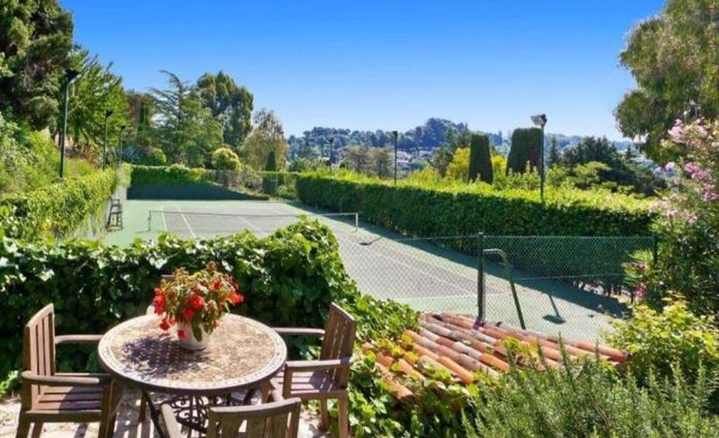 Lawn tennis court in a 9 bedroom Cannes event Villa for parties