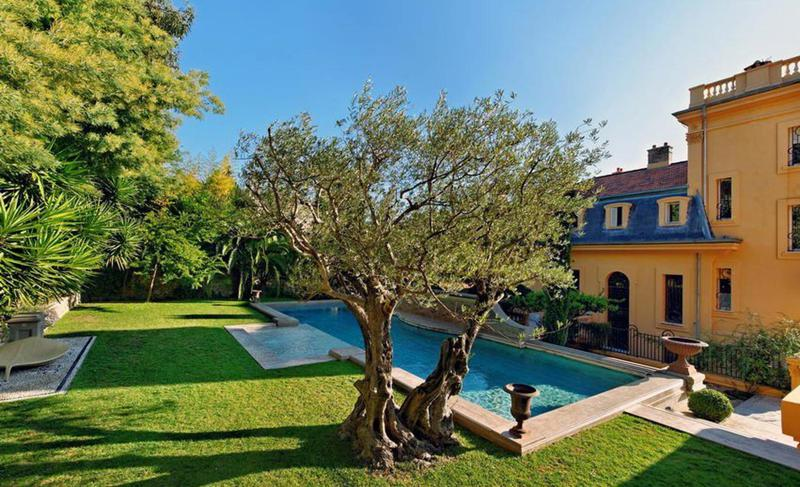 Garden and swimming pool in a Cannes group event villa