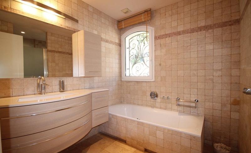 Window, sink and bathtub in a bathroom