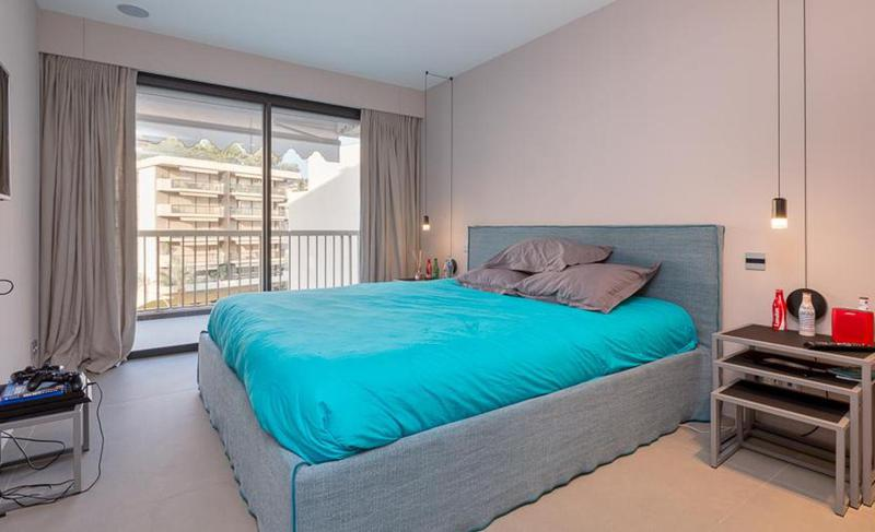Double bedroom with a Playstation, 2 consoles and access to balcony with a view in Cannes rental apartment