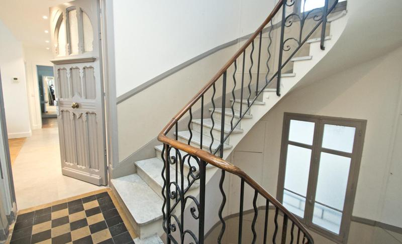 Staircase leading to the entrance of an apartment in Cannes