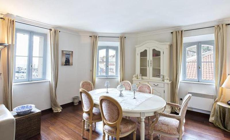 White marble dining table in a Cannes group accommodation for events next to the Palais des Festivals.