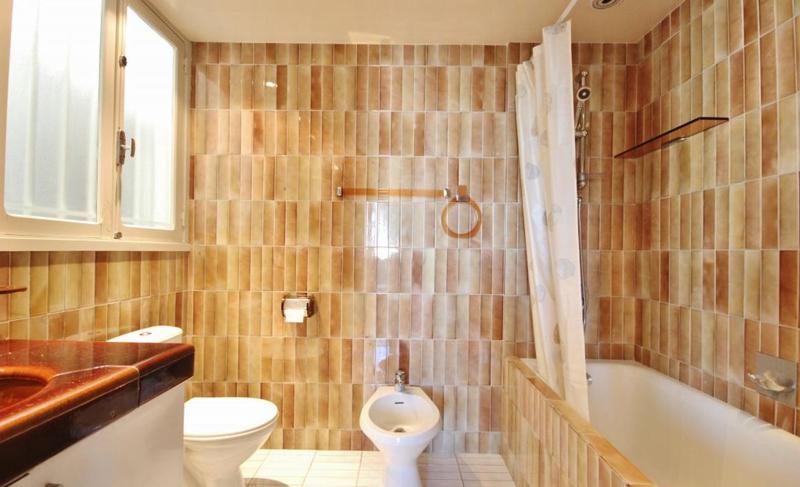 Sand coloured tiles with a bathtub in Cannes bathroom