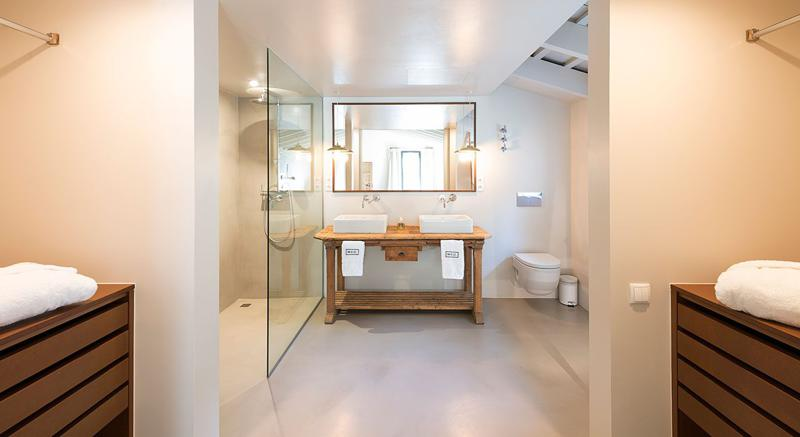 Bathroom with double sink, a mirror and a standing shower