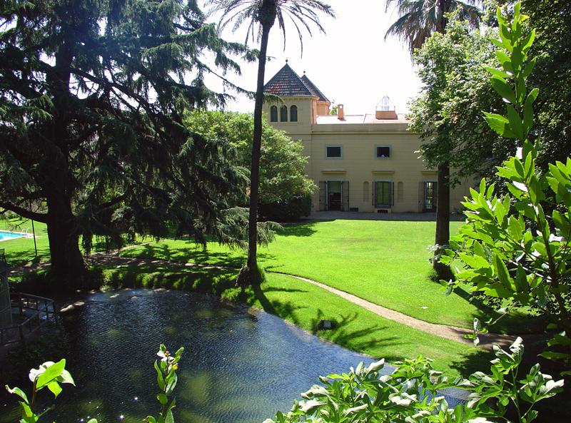 Villa with garden, swimming pool and a lake in Barcelona for group accommodation