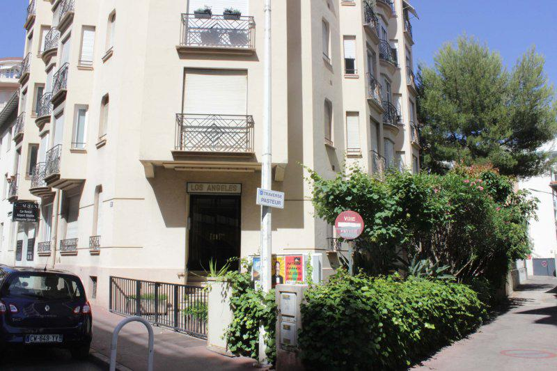Front view of the building with Cannes accommodation close to Palais des Festivals