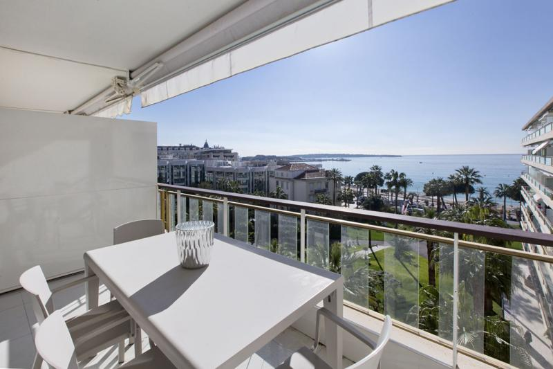Panoramic sea views from the terrace, with furniture, of a private Cannes event apartment for rent in Hotel Grand