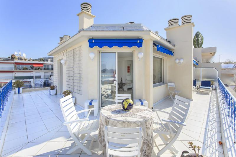 Spacious terrace with table and sunbathing chairs in a Cannes 1 bedroom event penthouse near to the Palais des Festivals