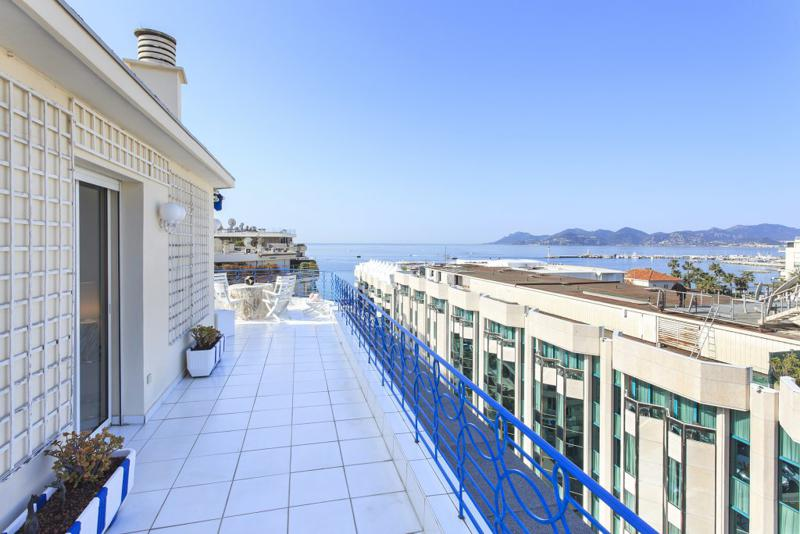 Spacious long terrace for events and parties in a Cannes central penthouse for rent with city and sea views