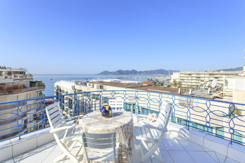 Round table with 3 chairs in the terrace of a Cannes penthouse for rent with panoramic sea views