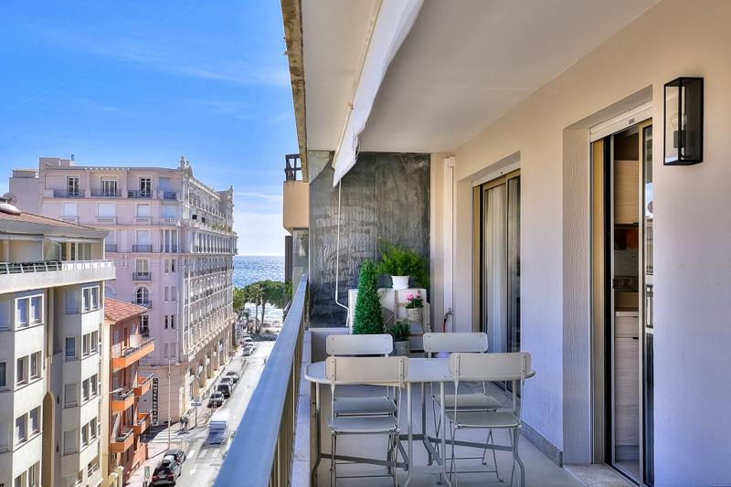 Table for meetings on the terrace of a 1 bedroom accommodation in Cannes with plants and sea views