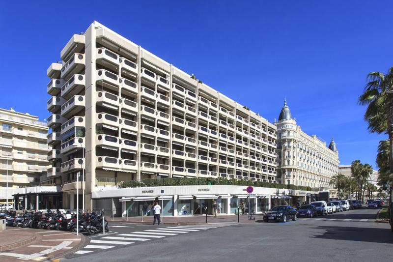 Outside view of the building with Cannes group penthouse for events and parties next to Hotel Carlton on the Croisette