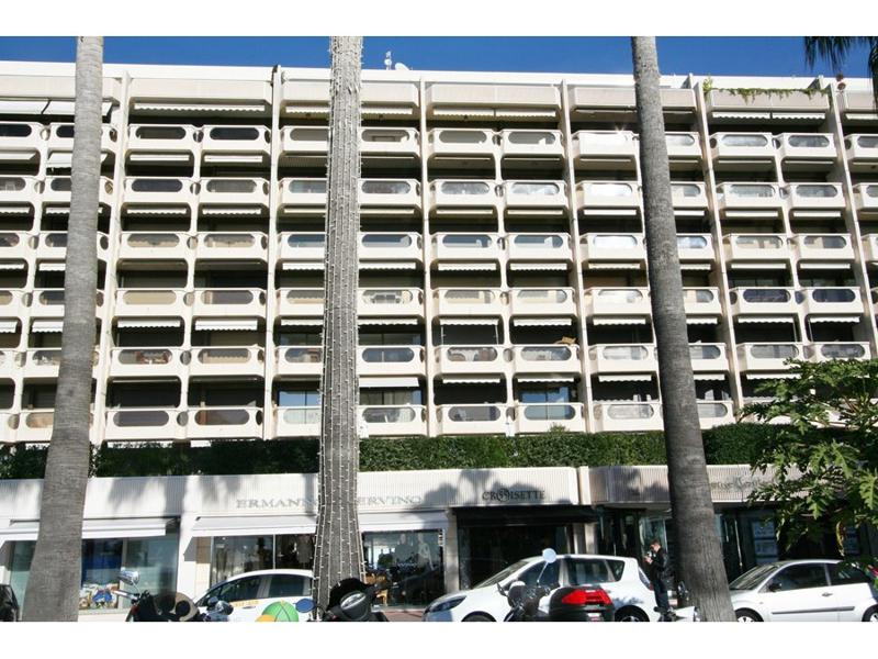 Outside views of the building with a 2 bedroom Cannes rental apartment on the Boulevard de la Croisette