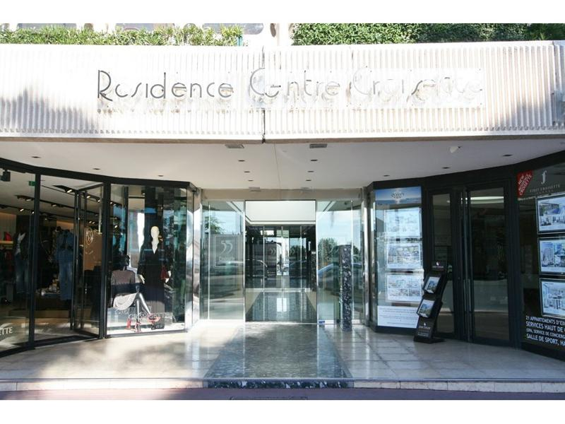 The entrance of the building Residence Centre Croisette in Cannes with rental apartments