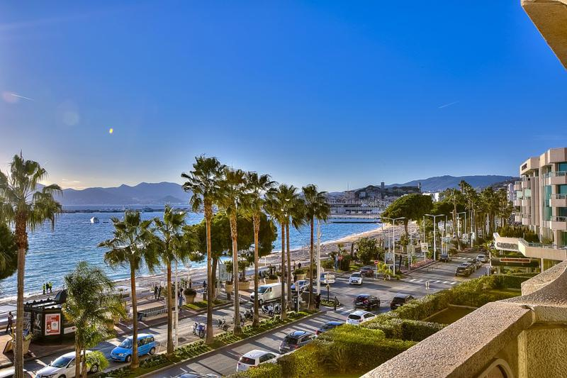 Unobstructed sea views from the terrace of a Cannes group rental accommodation on Croisette, close to Palais des Festivals