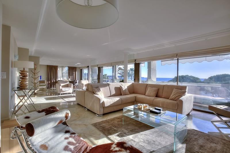 Beige coloured couch sets in the living room of Cannes group accommodation for meetings with sea views