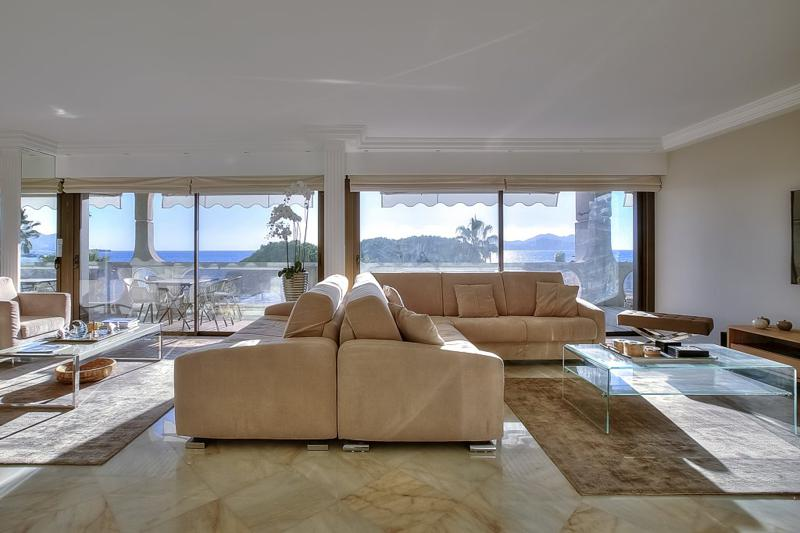 Separate sitting areas for relaxing and meetings in the living room and the terrace of a Cannes Croisette accommodation