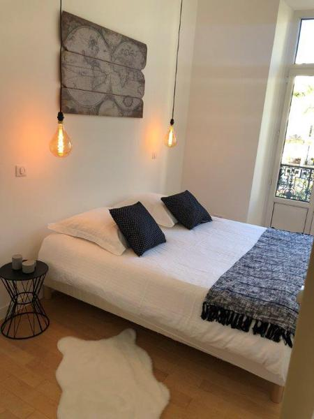 Hanging bulbs and terrace with views in the 2 bedroom Cannes apartment with 1double bed and 2 single beds for rent