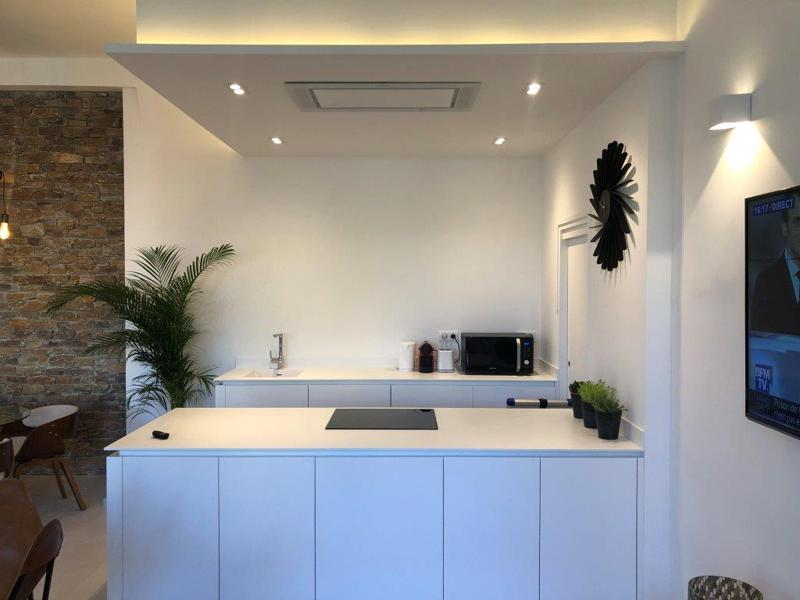 White countertop and microwave in the kitchen of a Cannes rental accommodation near to Palais des Festivals for events