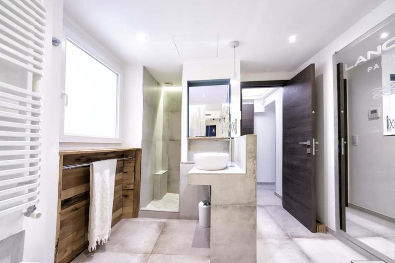 Spacious bathroom with sink and a separate standing shower in Cannes