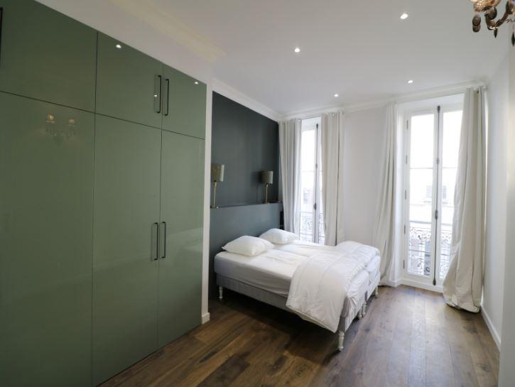 Spacious bedroom with 2 single beds, wooden flooring and access to a terrace facing Palais des Festivals in Cannes