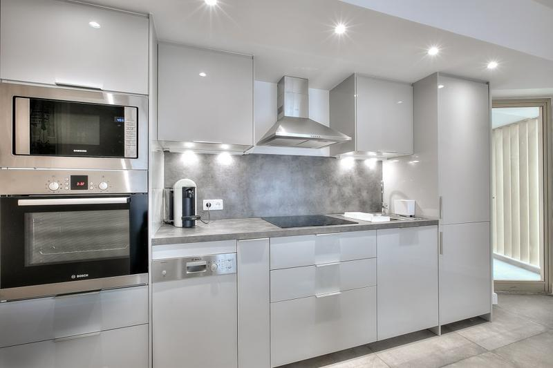 Open kitchen with a coffee maker, a toaster, a dishwasher, a microwave and an oven in a Cannes rental