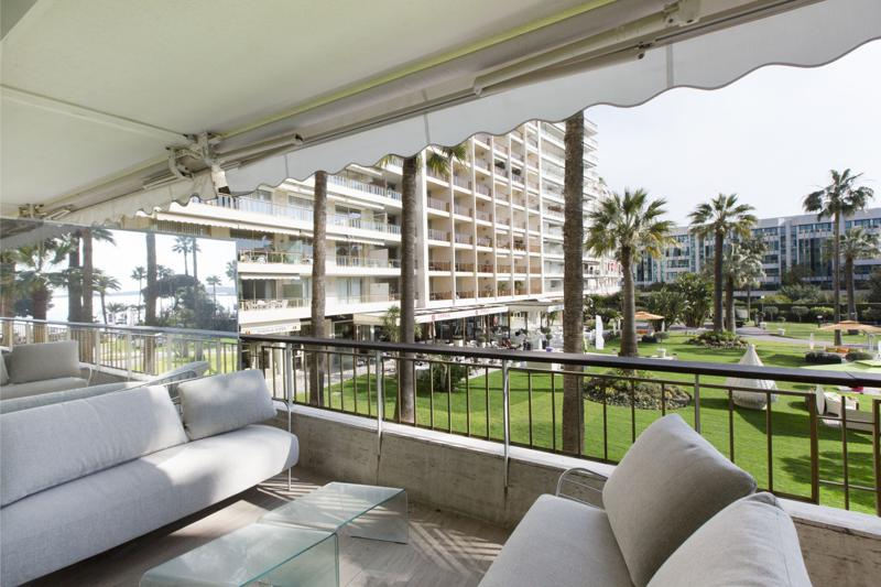 Terrace lounge on the 1st floor of a 3 bedroom Cannes event apartment for rent near to Palais des Festivals