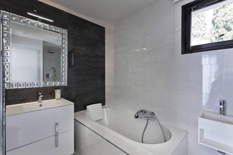 Black and white tiles in the bathroom with bathtub in a Cannes