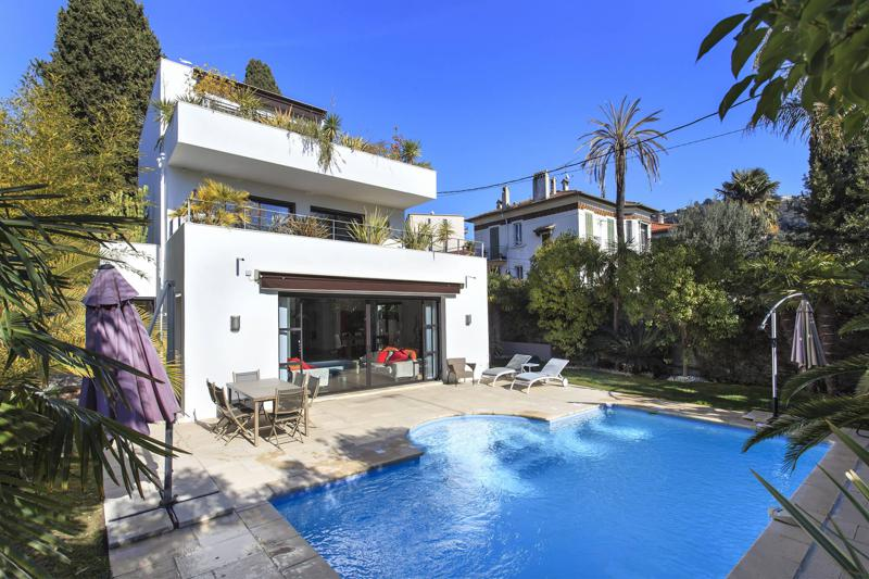 Front view of a Cannes party villa with 2 floors, swimming pool and a garden in Basse Californie area