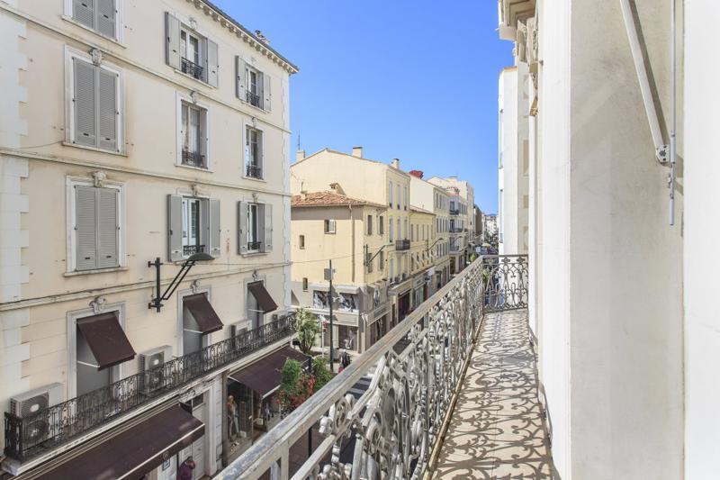Long and narrow balcony of a Cannes group accommodation for rent at the corner of the Rue D'Antibes