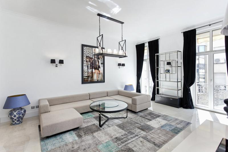 Spacious and artistic living room with long couch and a terrace in Cannes rental accommodation for groups near Palais