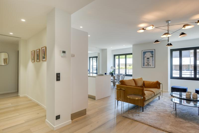 Entrance to the living room with access to sea view terrace in a Cannes rental event accommodation