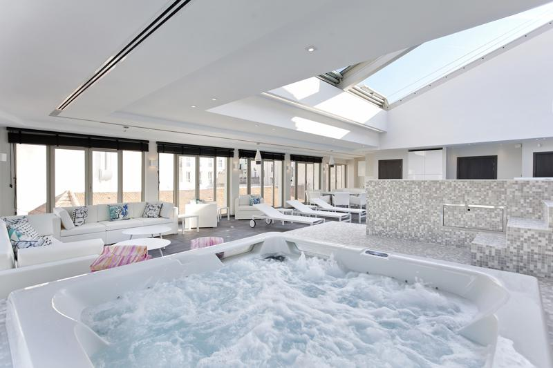Jacuzzi next to a rooftop swimming pool in a Cannes party penthouse close to Convention centre