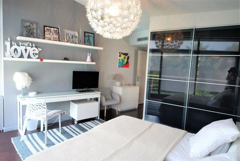 Double bedroom with a tv on the desk and and 2 chairs in Cannes
