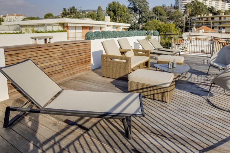 Sundeck with chairs and couches for sunbathing in a Cannes townhouse