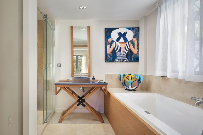 Bathroom with a standing shower and a bathtub in Cannes