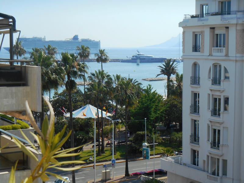 Croisette and sea views from a Cannes corporate accommodation for rent in Gray d´Albion